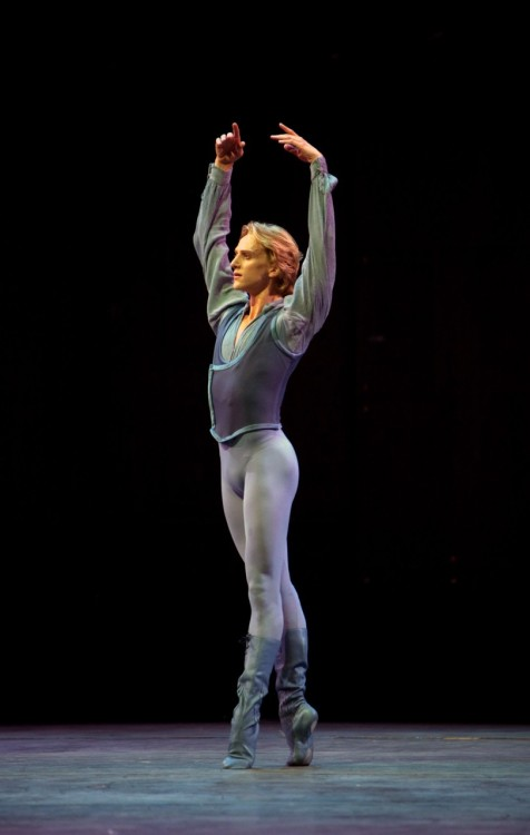 thenextfamous:  dancerboys:  jaredeuriarte:  david hallberg is winning.  13-05-92  everything
