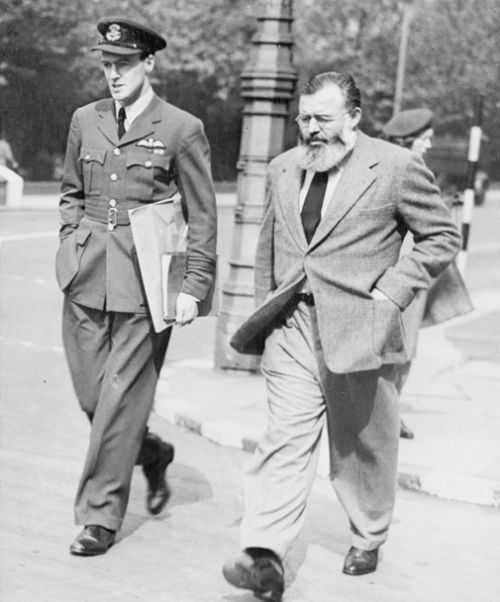 awesomepeoplehangingouttogether:  Roald Dahl & Ernest Hemingway, London, 1944