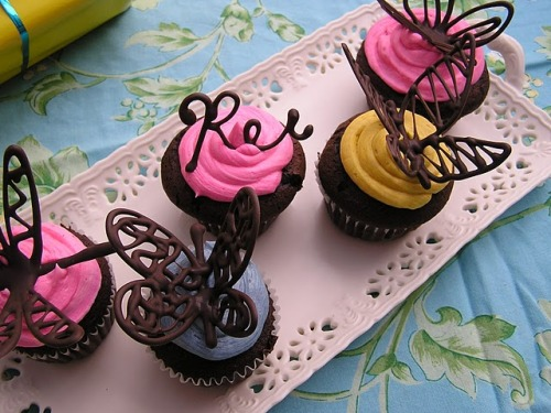 scissorsandthread:  How To: Chocolate Butterflies | Everything Old Anyone can make cupcakes. If you don't make them from scratch there's always the packet mix option (and then it's up to you whether to tell people you made them from scratch or not. I won't judge you!) and then bung on some icing. But if you want to take your cupcakes from 'uh' to 'ahhh!' then here my friend is the answer. These look incredibly hard, but they are so easy I'm pretty sure my four year old niece could make them! Once you've drawn your chocolate butterfly with your piping bag, you pop it in a v folded card to give it flight. Think of what else you could make! Um…. a bird. Or… a moth. A…um…. flutter…bye.