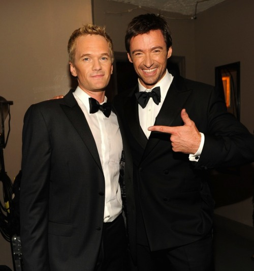 awesomepeoplehangingouttogether:  Neil Patrick Harris and Hugh Jackman (submitted by daseulijeong) HUGH JACKMAN <3