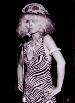 Debbie Harry, Blondie, sunglasses, hat, zebra dress, animal teeth necklace, micro, live