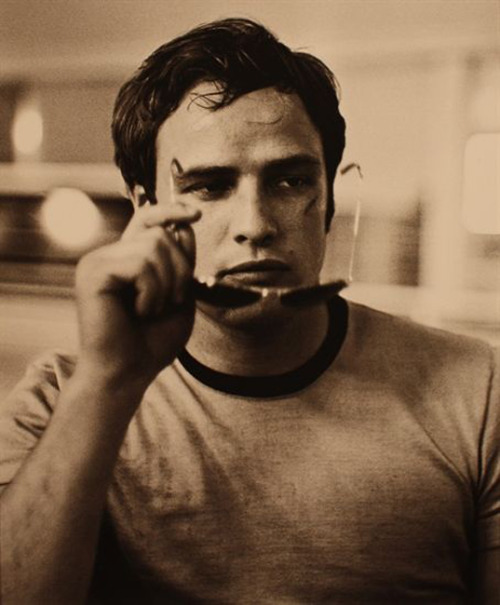 Ser GQ es ESTO. suicideblonde:  Marlon Brando photographed by Phil Stern in 1954