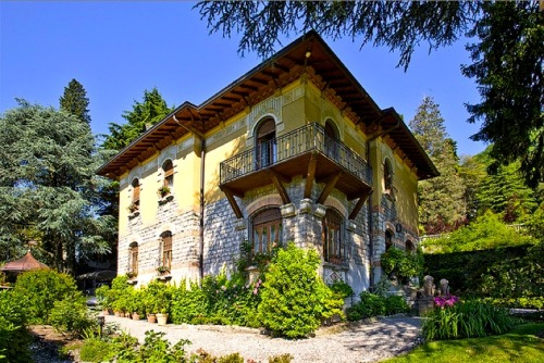 petitpoulailler:  ysvoice: WSJ {House of the Day} Lake Como Villa - Lombardia, Italy