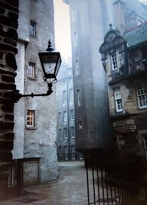 A narrow, winding close (street) in the old section of Edinburgh, Scotland (via home)