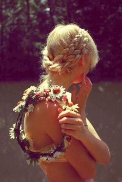 voguelicious : Hippie Bridesmaid! Love the hair!