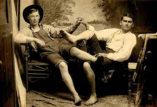 Data desconhecida Dois homens expressando sua amizade com o toque evidente.  (Via Nueva Sam)