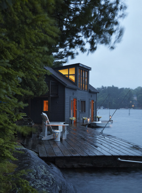 cabinporn:  Lakeside Home in Huntsville, Ontario (via John Cullen Photographer)