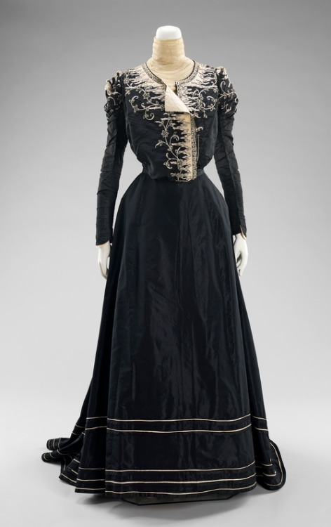 nostaglictraces:  c. 1898-1900 afternoon dress.