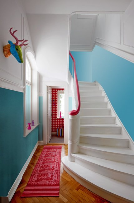 (via Marie Claire Maison)Une entrée ludique et colorée / A fun and colorful hall