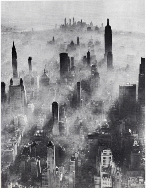 fuckyeahvintage-retro:  Smog is covering Manhattan (July, 1943)
