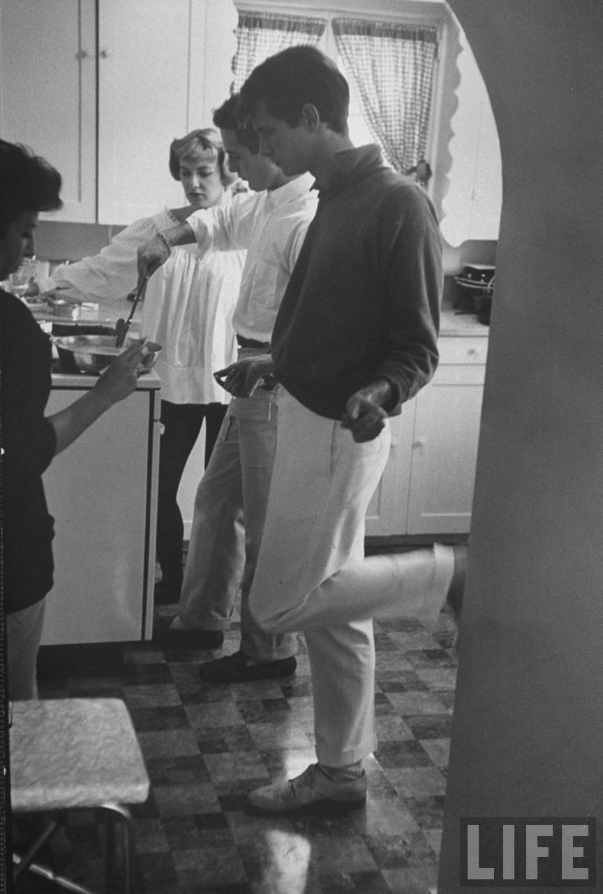 awesomepeoplehangingouttogether:  Joanne Woodward baking sweet rolls, Paul Newman making eggs, Anthony Perkins dancing
