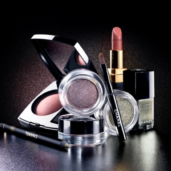 Oooh! Sneak peek at Chanel Fall 2011 Makeup Collection! Click through for more infos.