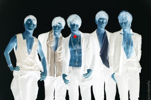 fuckyeahtohoshinki:  Stare at the red dot for 30 seconds, then stare at the blank wall and blink at the same time. BAM! DBSK VISION! :)