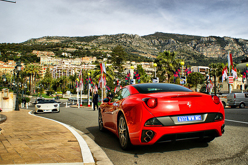 Ferrari California and Lamborghini parked in front of Hotel the Paris, Monaco (by Martijn Kapper)