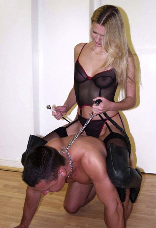 She could easily strangle him with that collar! Women's power…