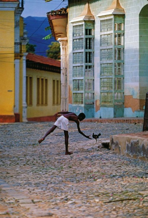 liquidnight:  Thomas Hoepker Boy catching a fighting cock Trinidad, Cuba, 1994 From Photographien 1955-2005
