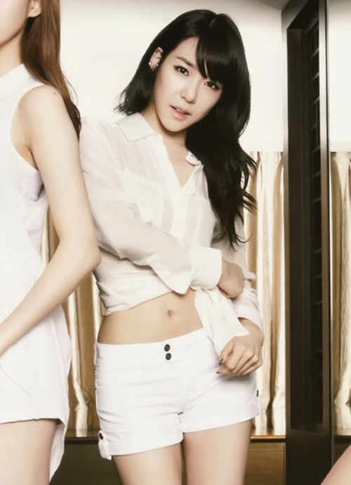 agentjung:  wfistheshiz:  Tiffany *———*  all this time i have my eyes on her hands, i'm not even looking at her tummy.. she is so bony now >.> but she has the best nails imo  I cannot.