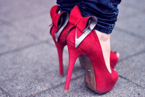 Ele: Não dói usar salto alto? Ela: Dói, mas garotas aprendem a suportar a dor sem cair. Mesmo quando o assunto não é sapato.