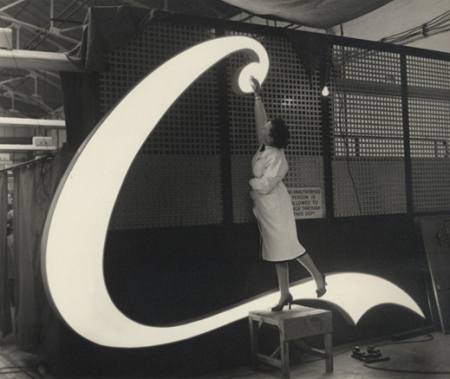 jeremydwill:    The making of a Coca-Cola neon sign at Picadilly Circus, 1954