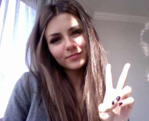tropic-tiger:  who is she? shes really pretty   its victoria justice isn't it??