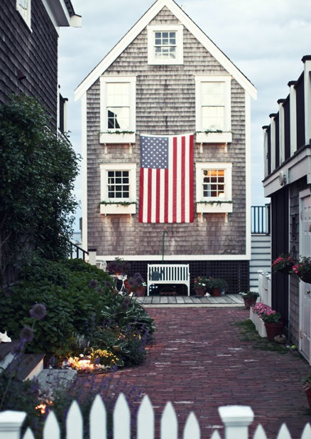 theinsidestoop:  love.  i need a huge american flag.  i thought places like this only existed in my dreams…