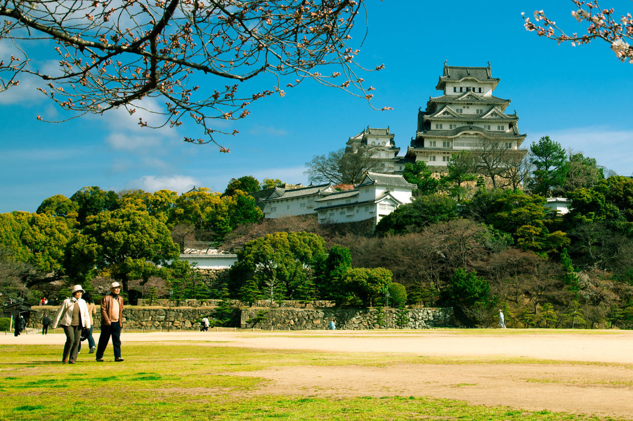 A walk at Himeji Castle on Flickr. Taking photos of Himeji Castle is a sweet and sour experience. It is such a spectacular subject but the flip side is that you photos easily end up looking a bit like a post card.