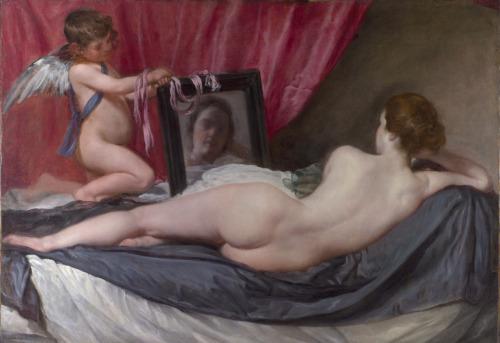"""Ressam : Diego Velazquez (1599-1660) Resim : The Rokeby Venus - The Toilet of Venus (1647-51) Nerede : National Gallery, Londra, İngiltere Boyutu : 122cm x 177c m Velazquez'in """"Aynadaki Venüs"""" resmi, günümüze ulaşan tek nü Velazquez resmidir. İspanya'da kilisenin çıplak kadın resimlerine izin vermemesi, o dönem İspanya'da ancak gizli kapaklı nü resim yapılmasına olanak veriyordu. Bu resim İspanya bakanının oğlu için yapılmış ve yapıldıktan sonra bir süre onun özel koleksiyonunda, gözlerden uzak sergilenmiş. Resim, 1813'te İngiltere'ye gelmiş ve """"Rokeby"""" adlı bir salonda sergilenmiş, bu sebeple resim Rokeby ismi ile tanınıyor. Resmin en ilginç özelliklerinden biri, Venüs'ün ilk kez sırtı dönük resmedilmiş olması, diğer taraftan bir aynanın resmin merkezinde bulunması da pek görülmüş şey değil. Güzeller güzeli Venüs'e aynasını tutan ise oğlu Cupid. Roma mitolojisinde Cupid olarak bilinen aşk tanrısının, Yunan mitolojisinde karşılığı Eros. Eros annesine kibarlık ederek, oklarını bir kenara bırakıp ayna tutmuş, tam bir melek J Resim 1906'da National Gallery tarafından satın alınmış. Ne talihsizlik ki, alındıktan 8 sene sonra kadın hakları savunucusu, Kanadalı Mary Richardson tarafından saldırıya uğramış. Richardson, İngiltere'de kadın hakları savunuculuğu yaparken, aşırıya kaçan hareketleri sebebiyle defalarca hapse girmiş, açlık grevinde polis tarafından zorla yemek yedirilen azılı biri. Richardson, o gün sabah saatlerinde üzerinde bir palto ile müzeye gelmiş ve Rokeby Venüs karşısında uzunca bir süre dikilmiş. Sonra çok hızlı haraketlerle, önce üzerindeki camı kırmış, sonra da resmi 7 yerinden baltalamış. Resim ciddi hasar görmüş. Richardson, zalimce Venüs'e zarar vermesinin sebebini, o günlerde hapisanede açlık grevinde olan, bir başka kadın hakları savunucusu Emmeline Pankhurst için yaptığını açıkladı. Mahkemedeki savunması oldukça etkileyiciydi. Richardson; """" mitolojik tarihin bilinen en güzel kadını Venüs'e zarar vererek, modern tarihin en güzel karakteri Pankhurs"""