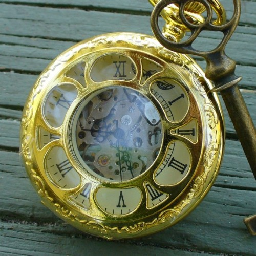 A very lovely pocket watch…but I'm not even sure if it works. ^^'