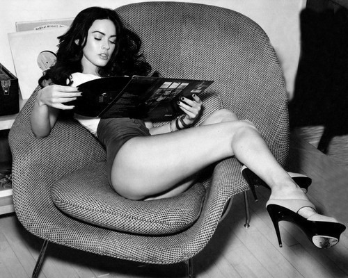 Megan Fox holding a copy of The Rise And Fall Of Ziggy Stardust And The Spiders From Mars record by David Bowie. I die.