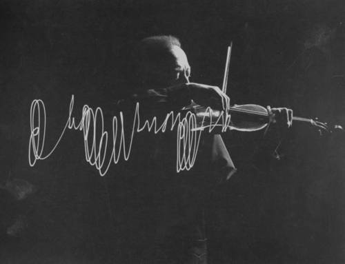 baudei:  Violinist Jascha Heifetz playing in Mili's darkened studio as light attached to his bow traces the bow movement.