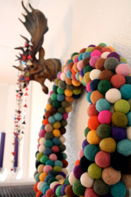 appleinmyheart:  This beautiful wreath made of felted balls is a great diy project. You can buy felted balls but you can also make it yourself!