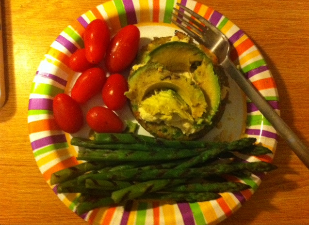 inspirefitness:  Lunchtime :) Veggie burger topped with hummus & avocadoOrganic cherry tomatoesGrilled asparagus Eat your veggies!   looks yummy!