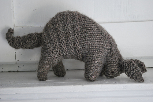 knitandcompany:  Knitted baby armadillo (by Dees!)