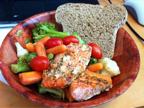I've changed to a vegetarian diet, but I still had left-over salmon in the freezer and did not want this animal's life to go to complete waste. Therefore, I made an easy, balanced lunch! Baked Salmon: Coat aluminum foil with a thin layer of olive oil. Sprinkle lemon pepper seasoning on salmon. Bake at 375 degrees for 15 minutes or until flesh flakes easily.  Portioning: Buy 1 lb (16 oz) of salmon and divide into 4. Each 4 oz is about 200 calories and 24 g of protein.