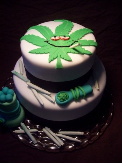 "lifeondrugs:  how much you wanna bet this is a ""special"" cake  (via ambarvioletta)"