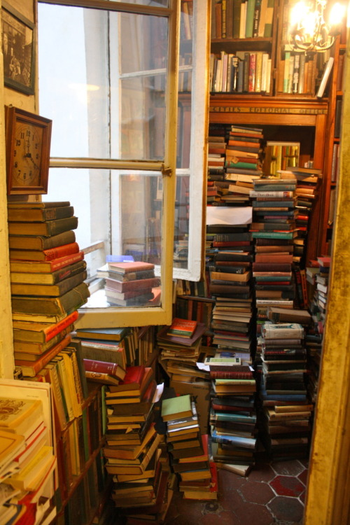 Inside Shakespeare & Co, Paris. (by thegreatgracie)