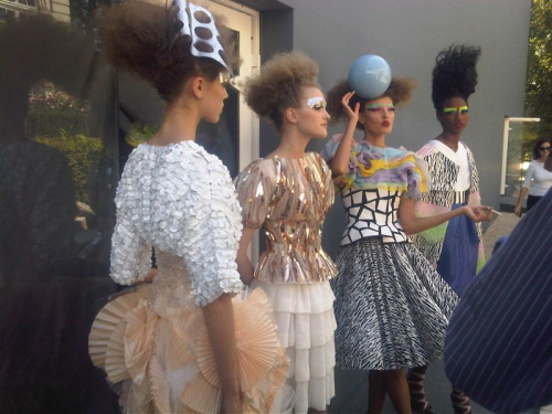 fashionninag:  Models backstage at the Christian Dior show  y A La seXta se ha DIchO…!! XD