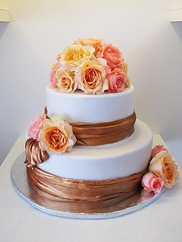 ribbon and roses (by Artisan Cakes by e.t.)