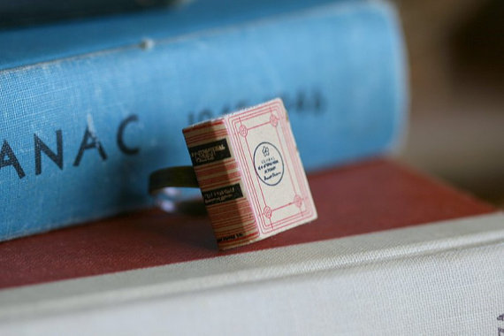 Love love love! I want!  teachingliteracy:    Dictionary Book Ring ReigrucheStudio