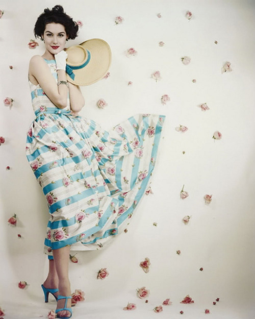theniftyfifties:  Summer fashion photographed by Erwin Blumenfeld, 1953.