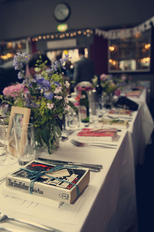 missdesilva:  favorcraver:  Vintage paperback book favors at a London wedding.  Now that's a wedding worth going to.
