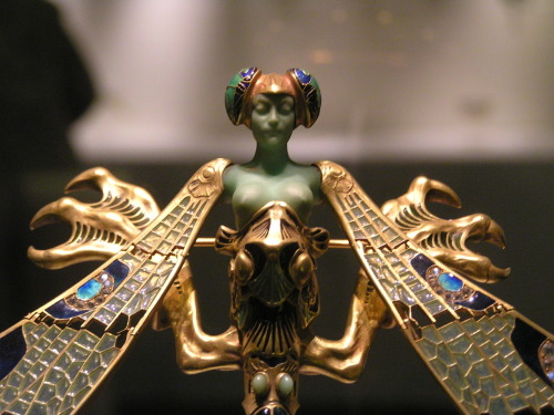 René Lalique's Dragonfly woman corsage ornament (1897–1898).Gold, enamel, chrysoprase, moonstones, and diamonds.