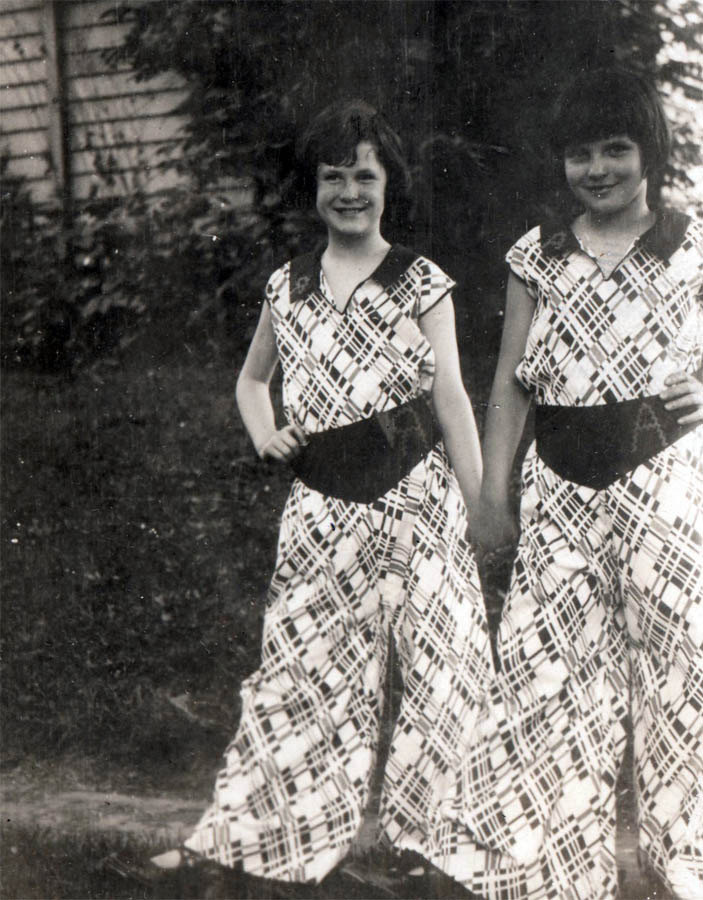 Ahhhh, too cute: girl bffs in matching beach pajamas, 1931 (TWINSIES).
