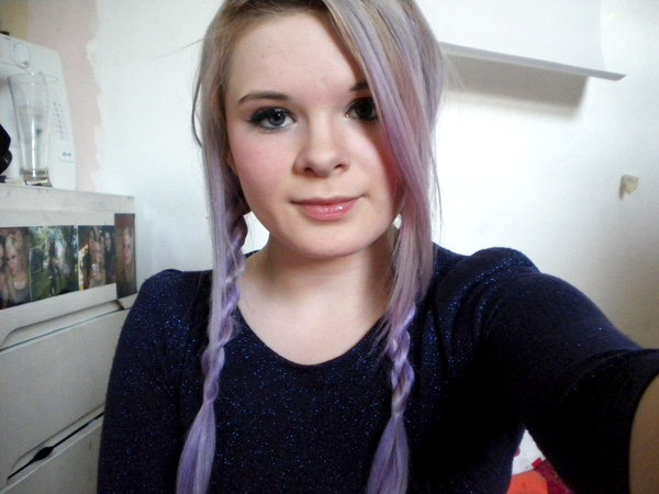 Such pretty lavender hair! She shows you how to do the rope braid…which I am still attempting. Guys, don't be like me and not pay attention to the direction you're supposed to twist your hair. I failed so many times before getting it right because I was just twisting my hair whichever way I felt like haha. (via How to do rope plaits or braids)