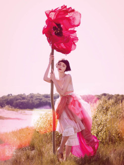 couturecourier:  I'm blogging this mostly for the giant flower hehe (via fashiongonerogue)