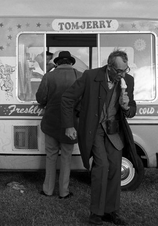 Eating ice cream during the Laytown horse races, Ireland, 1988 Donovan Wylie