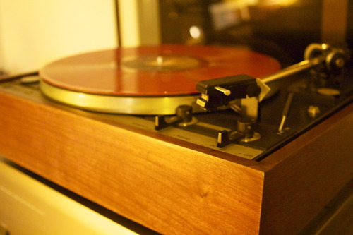 Heavy red vinyl meets heavy non-magnetic platter.