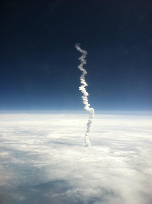 laughingsquid:  Space Shuttle Atlantis Launch As Seen From a Plane