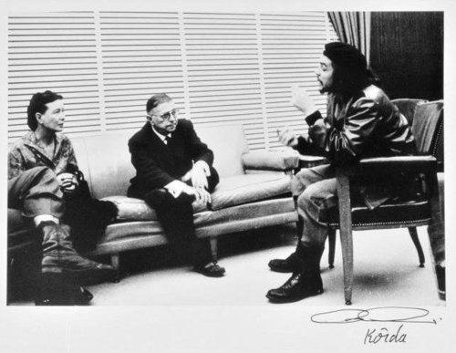 fuckyeahmarxismleninism:  Che Guevara speaks with Simone de Beauvoir and Jean-Paul Sartre in this picture taken by the famous Cuban photographer Alberto Korda.