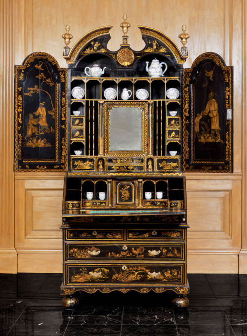 likeapigonheat:  An Important George I Gilt & Black-Japanned Bureau Bookcase (via An Important George I Gilt & Black-Japanned Bureau Bookcase - Apter-Fredericks Antique Furniture, Bookcases Dealer)